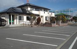 駐車場は当院前にございます。(17台まで駐車可能)